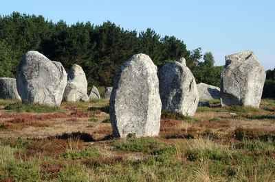 Photo tirée du site http://www.ot-carnac.fr/fiche//les-alignements-de-carnac/4000c136-c40d-43f3-a0b9-50216484c50b